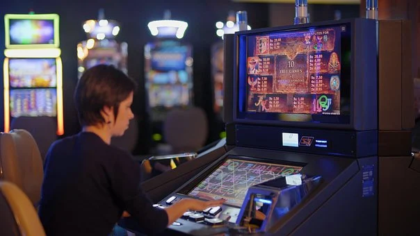 How can one tell if a slot machine is legitimate?