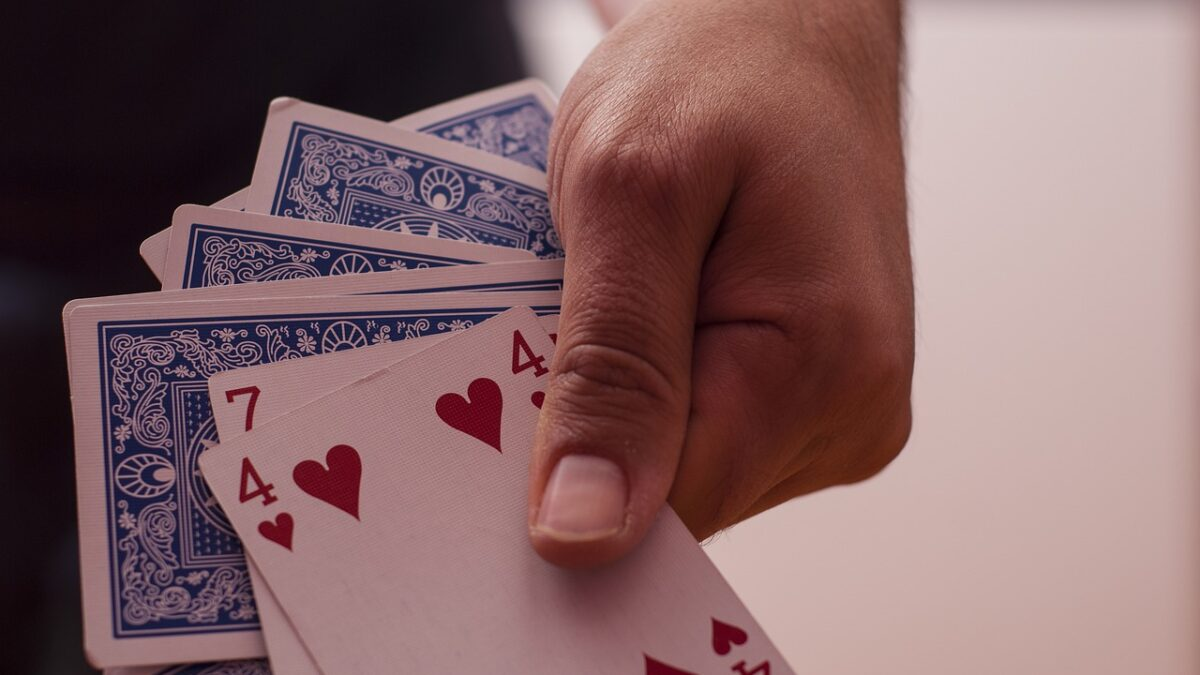 How a gambler can experience awesome benefits from playing online poker games?