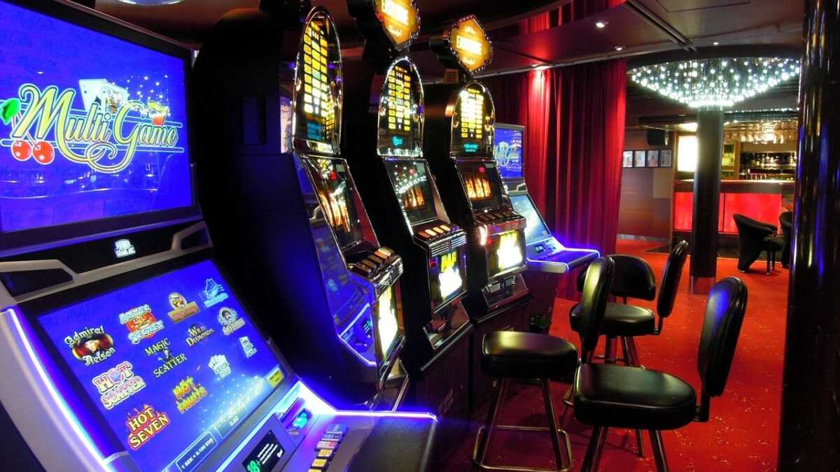 How does a player learn to play slot games?